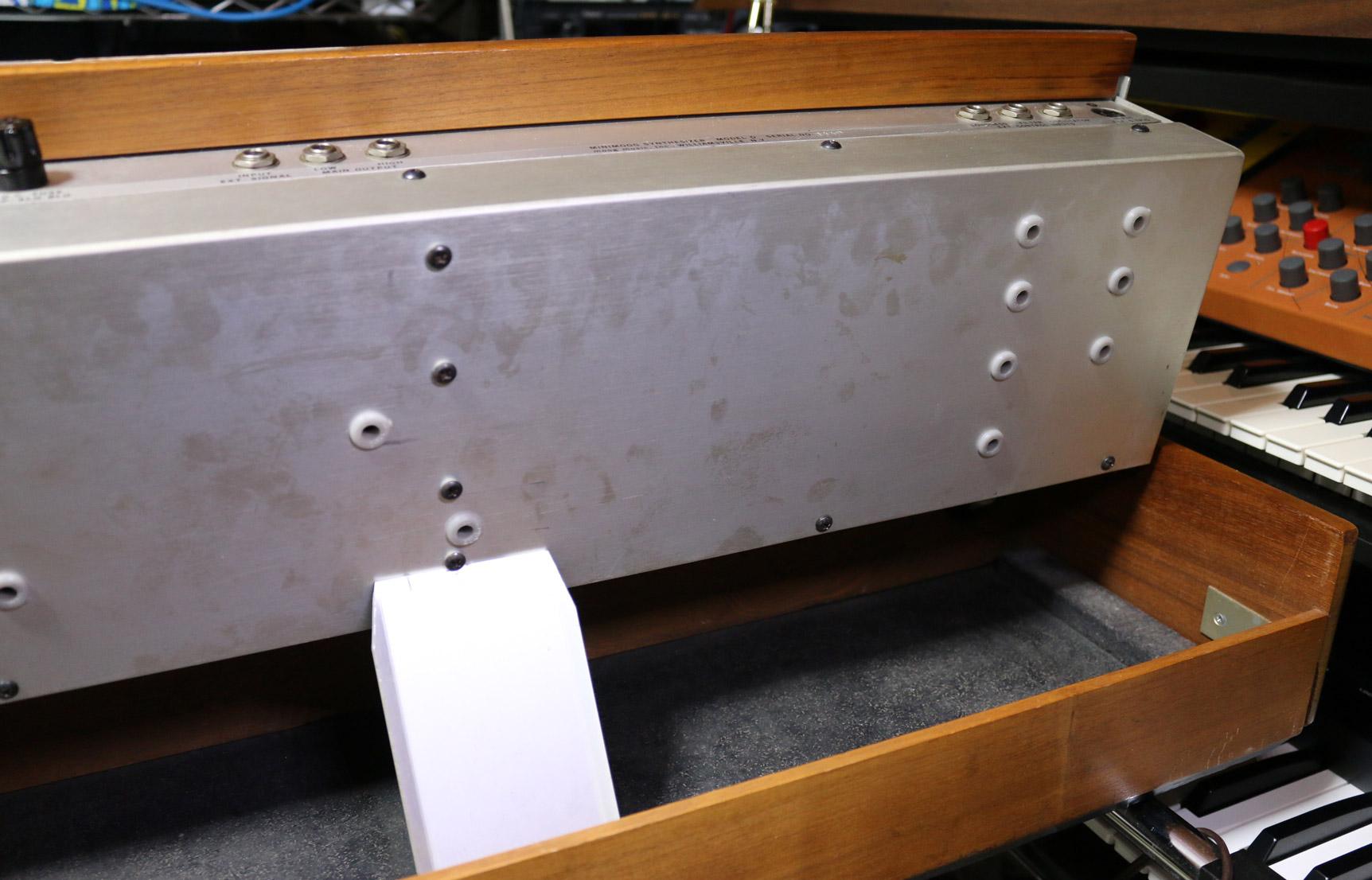 リアパネルにあるトリム穴が前期型は11個、後期型は16個となっています。